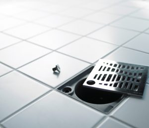 ralo do banheiro e chuveiro entupido