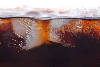 É verdade que refrigerantes desentopem os canos?