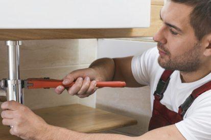 Para desentupir é preciso quebrar pisos ou azulejos?