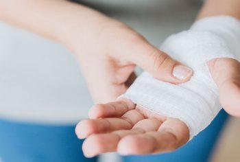 5 riscos que você corre quando tenta desentupir o esgoto sozinho