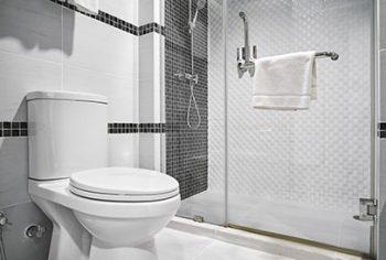 Como desentupir banheiro?
