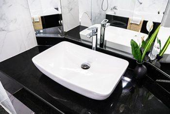 Como tirar cheiro de esgoto do banheiro?